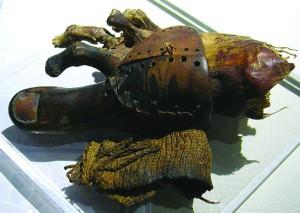 Prótese de madeira e couro em uma múmia